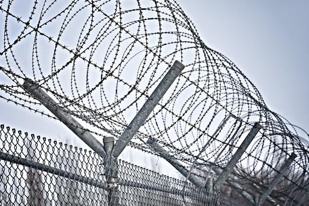 Recinzione della prigione filo spinato recinzione di sicurezza filo spinato recinzione barriera confine muro di sicurezza ...