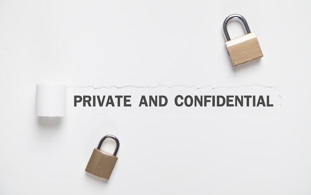 Testo privato e riservato su carta strappata con lucchetti.