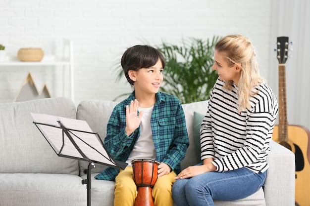 Insegnante di musica privato che dà lezioni al ragazzino a casa