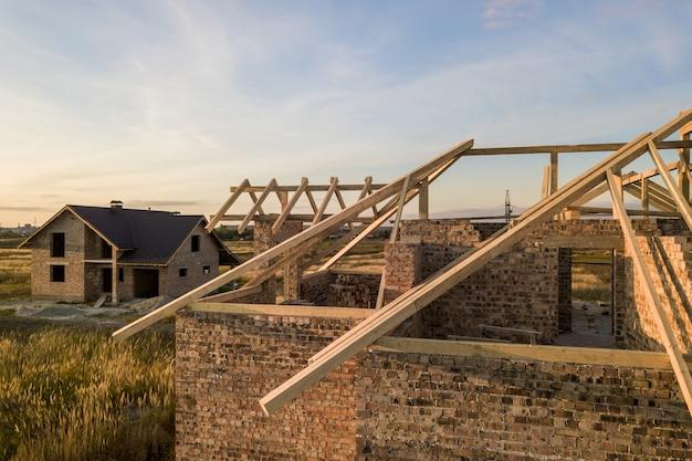 Casa residenziale privata con struttura a telaio del tetto in legno in costruzione.