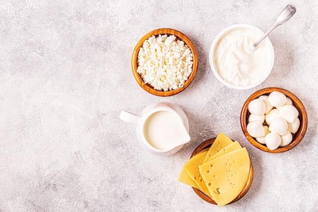Latticini fermentati con probiotici - yogurt, kefir, ricotta, mozzarella e formaggi gouda.