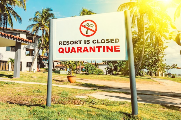 Problemi del settore turistico e alberghiero in alta stagione a causa dello scoppio dell'infezione da coronavirus covid-19. l'hotel è chiuso per quarantena. concetto di quarantena e divieto di viaggio. vacanze non sicure all'estero.