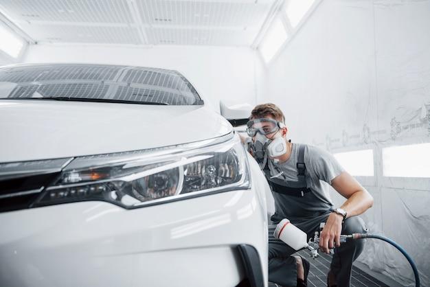La procedura di verniciatura di un'auto nel centro di assistenza.