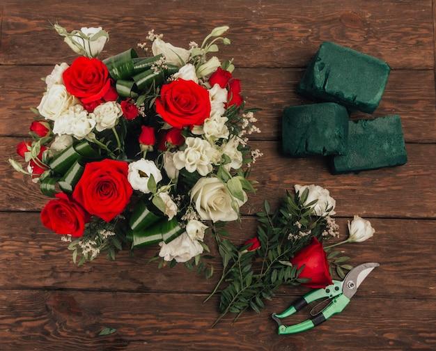 Il processo di assemblaggio di un bouquet sul posto di lavoro dei fioristi