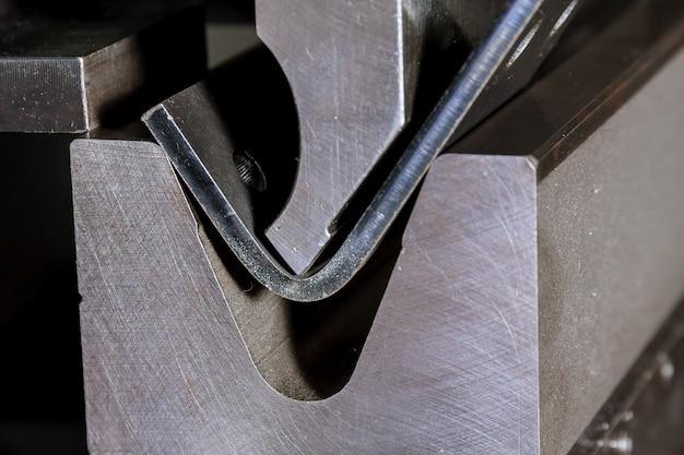 Il processo di piegatura della lamiera su una piegatrice idraulica. impianto per la lavorazione dei metalli.