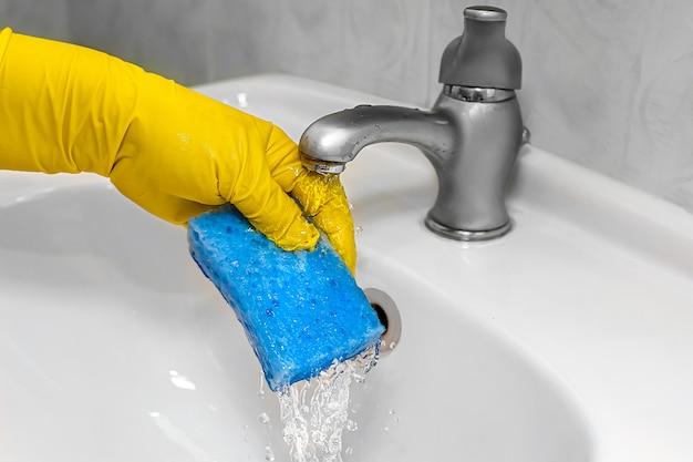 Il processo di pulizia del lavabo in bagno