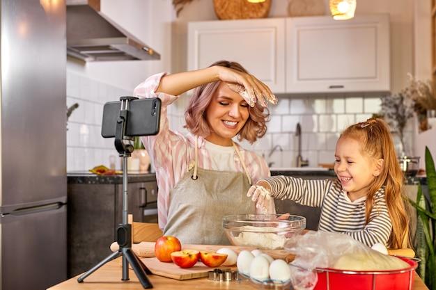 Il processo di cottura di madre e figlia sulla parte anteriore dello smartphone