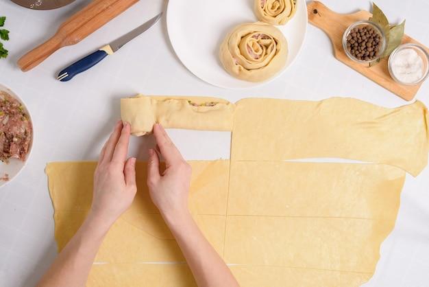 Il processo di cottura dei manti uzbeki a casa, gli ingredienti sono carne, verdure, pasta.