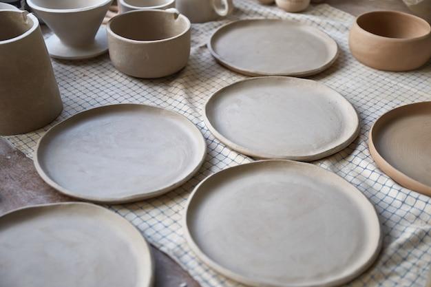 Processo di creazione di ceramiche il maestro ceramista lavora nel suo studio sul posto di lavoro di