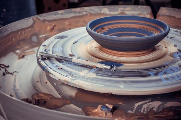 Il processo di creazione della ceramica su un tornio da vasaio