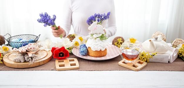 Il processo di decorazione della tavola festiva con fiori per la celebrazione della pasqua.