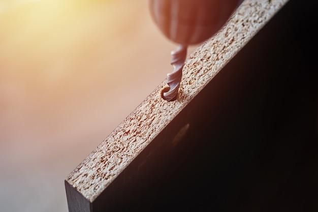 Processo di legno drillig con una punta da vicino