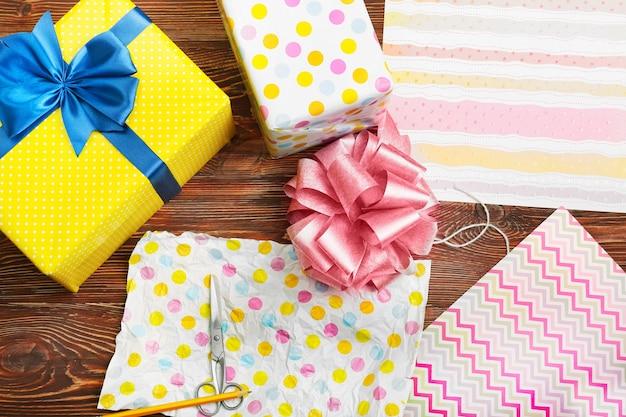 Processo di imballaggio dei regali. concetto di vacanza