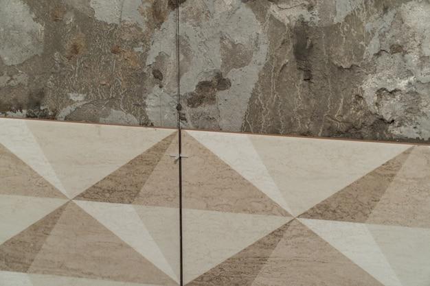 Il processo di installazione di piastrelle decorative sul muro del bagno