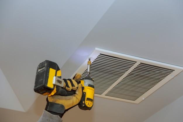 Il processo di installazione del soffitto della pelle di montaggio coperto dalla copertura di ventilazione