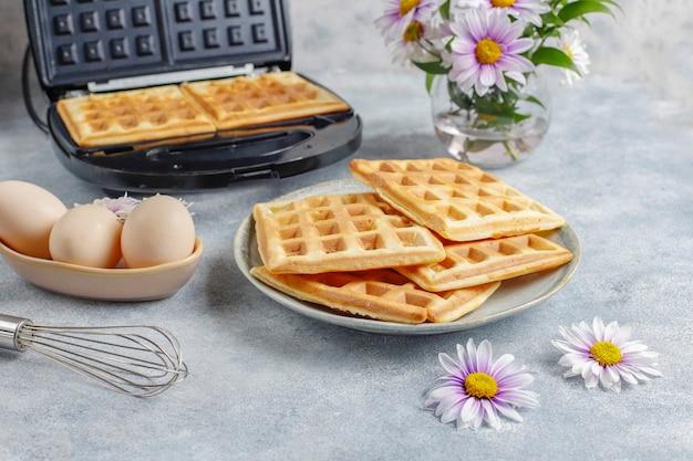 Il processo di produzione dei waffle belgi.