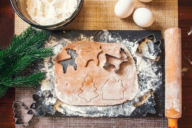 Il processo di preparazione dei biscotti allo zenzero di natale.