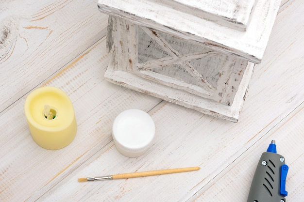 Processo di realizzazione di lanterne decorative in cartone bianco per candele