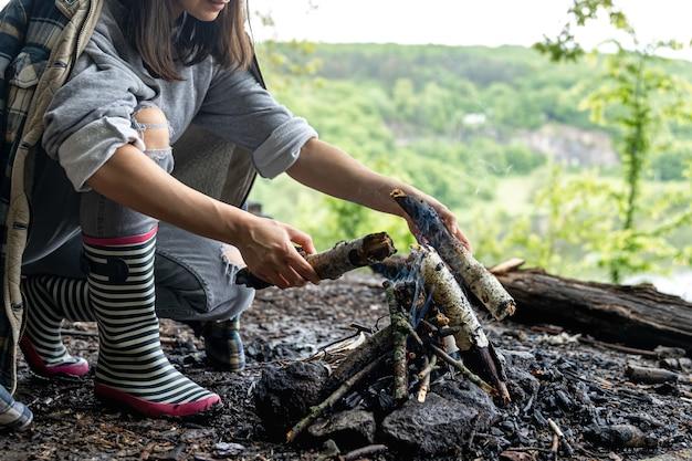 Il processo di accendere un fuoco in natura nella foresta