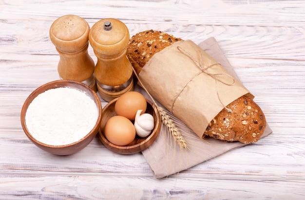 Processo di produzione del pane fatto in casa. preparare l'impasto per la cottura.