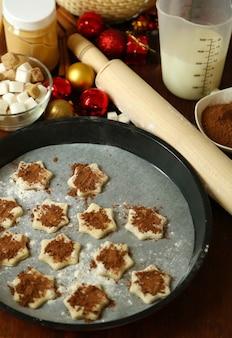 Processo di preparazione dei biscotti di capodanno in primo piano