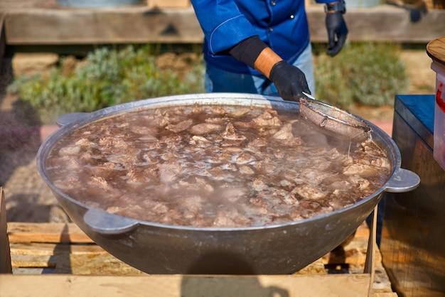 Il processo di preparazione della zuppa di agnello