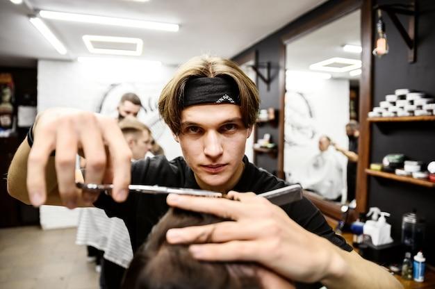 Il processo di tagli di capelli da uomo in un elegante barbiere