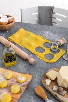 Processo di preparazione pasta italiana fatta in casa, raviolo