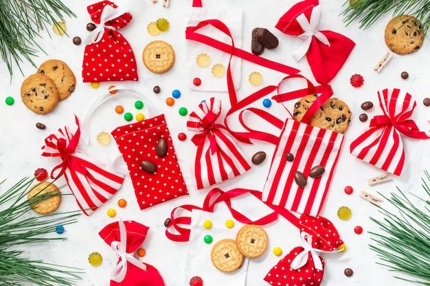 Il processo di preparazione del calendario dell'avvento con caramelle e biscotti per bambini. natale con dolci e regali