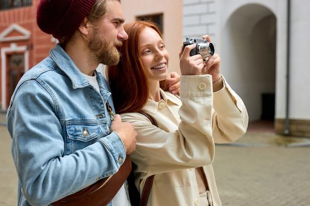 Processo o scattare foto del centro storico da parte di fotografi viaggiatori coppia felice viaggiano insieme lato ...