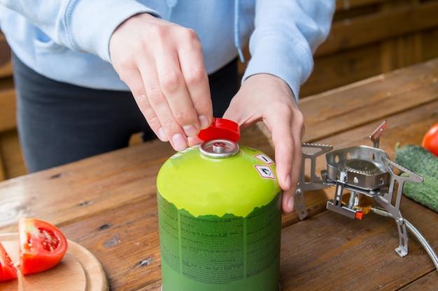 Il processo di utilizzo di una bombola turistica a gas per cucinare