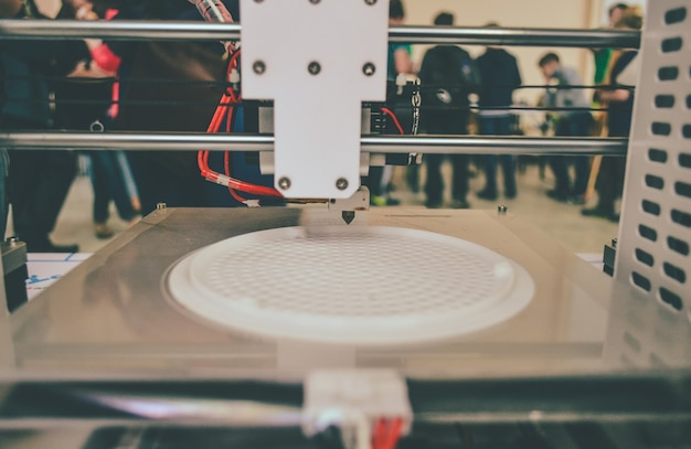 Il processo di lavorazione della stampante 3d e la creazione di un oggetto tridimensionale. tecnologia additiva moderna e progressiva