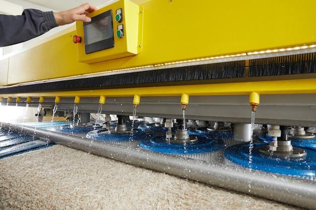Processo di lavorazione su macchina automatica per lavaggio moquette sporca e lavaggio a secco