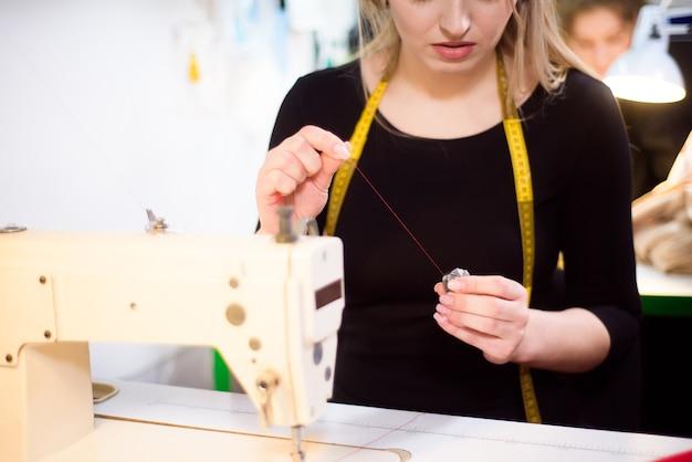 Processo di lavoro con la macchina da cucire in un atelier.