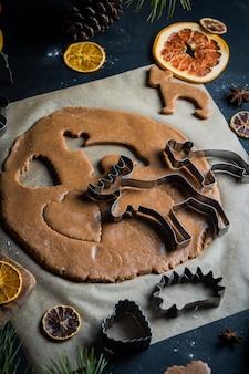 Processi di preparazione dei biscotti fatti in casa per natale e capodanno