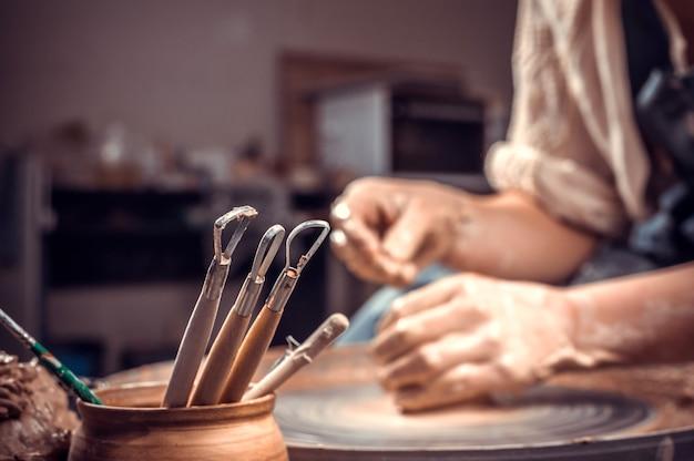 Lavorazione di articoli in argilla e preparazione di piatti, processo