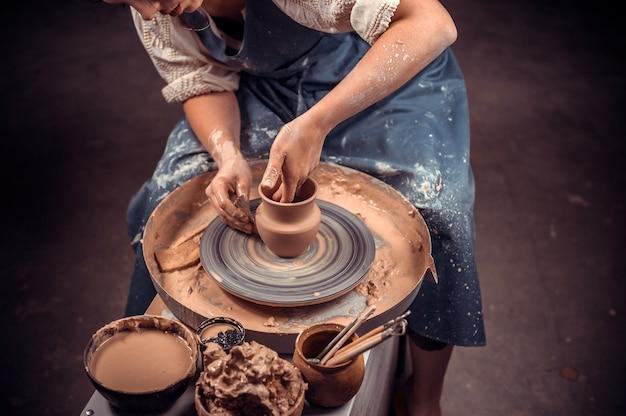 Elaborazione di articoli in argilla e preparazione di piatti, processo