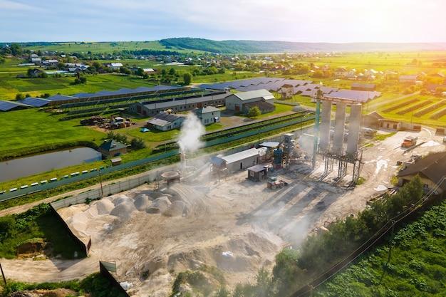 Fabbrica di lavorazione nel sito minerario che produce materiali da costruzione in cemento.