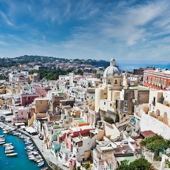 Procida, italia - circa agosto 2020: vista panoramica dell'isola mediterranea italiana vicino a napoli in una giornata estiva.