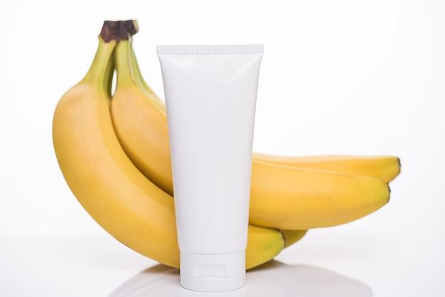 Concetto di marchio del prodotto. foto di un detergente viso bio vitaminico fresco con essenza di estratto di banana gialla isolata su sfondo bianco