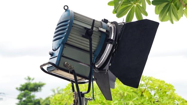 Apparecchiature luminose di produzione per riprese video o film in esterni.