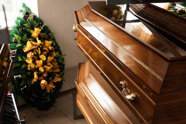 Produzione e fabbricazione di articoli funerari. bare e ghirlande si chiudono
