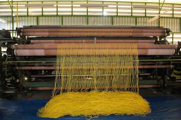 Produzione di filo di nylon in una fabbrica
