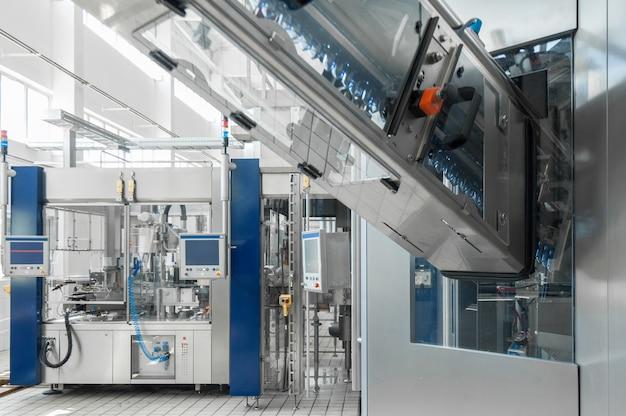 Per la produzione di bottiglie e bottiglie di plastica su una fabbrica di nastri trasportatori
