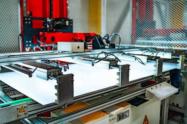 Produzione di pannelli solari. concetto di energia verde. fabbrica o impianto di produzione moderna. equipaggiamento speciale.