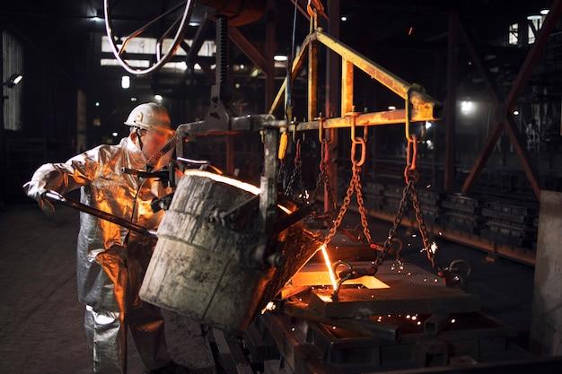 Produzione di getti di acciaio in un'azienda di fonderia industriale.