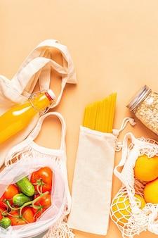 Prodotti in sacchetti di tessuto, articoli in vetro. shopping ecologico e conservazione degli alimenti, concetto di rifiuti zero.