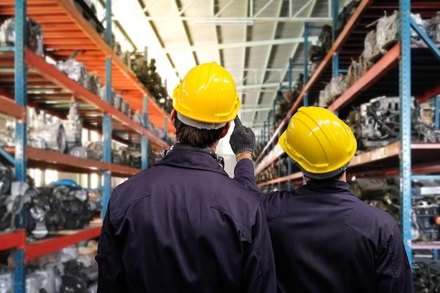 Professione tecnico ingegnere e discussione apprendista in fabbrica