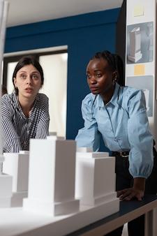 Donne multietniche di architettura professionale che lavorano