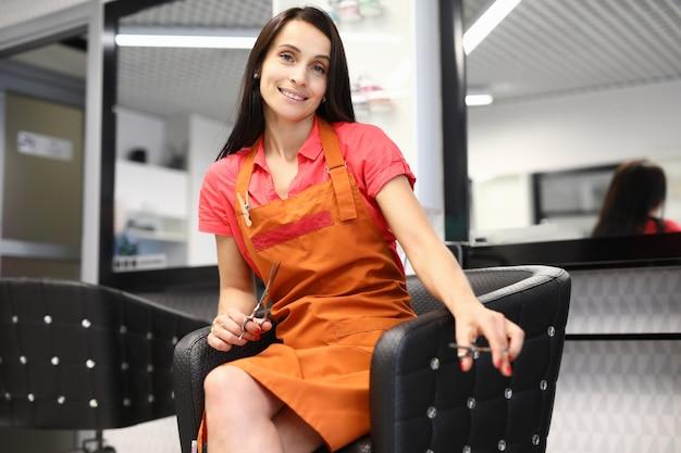 Barbiere professionista tenere le forbici in due mani all'interno